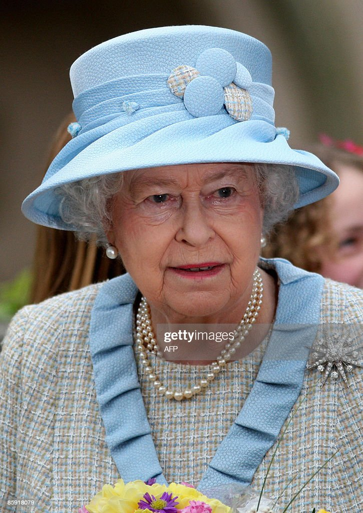 Britains Queen Elizabeth II (C) leaves a : News Photo