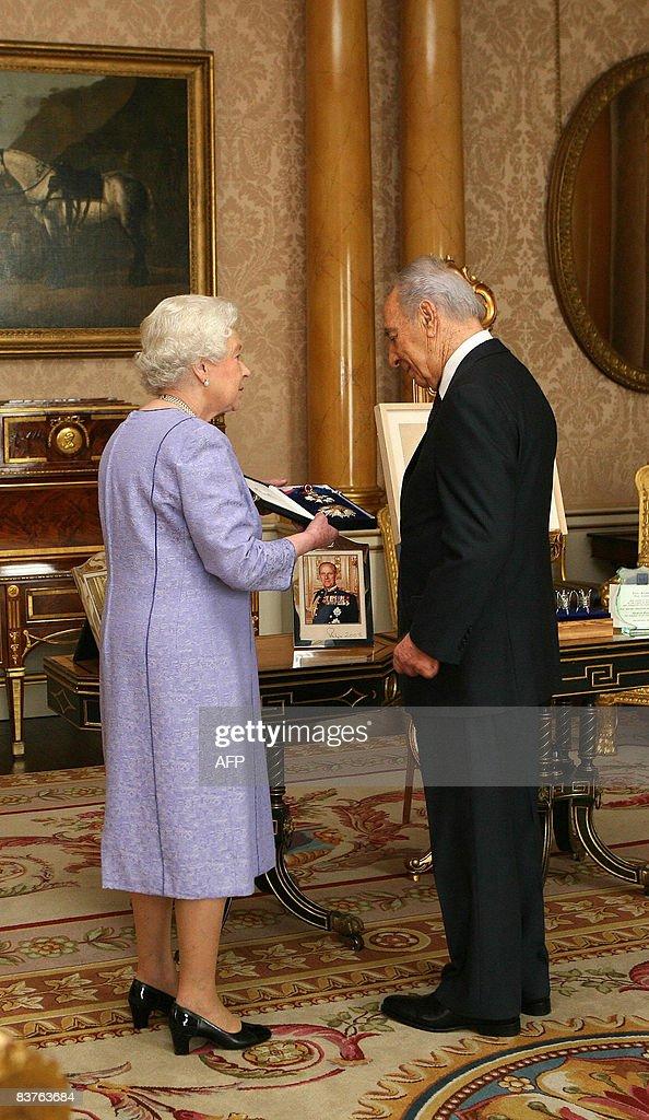 Britain's Queen Elizabeth II (L) receive : Fotografía de noticias