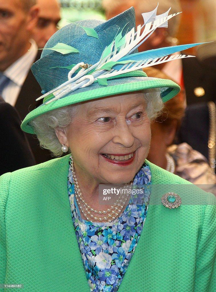 Britain's Queen Elizabeth II smiles as s : News Photo
