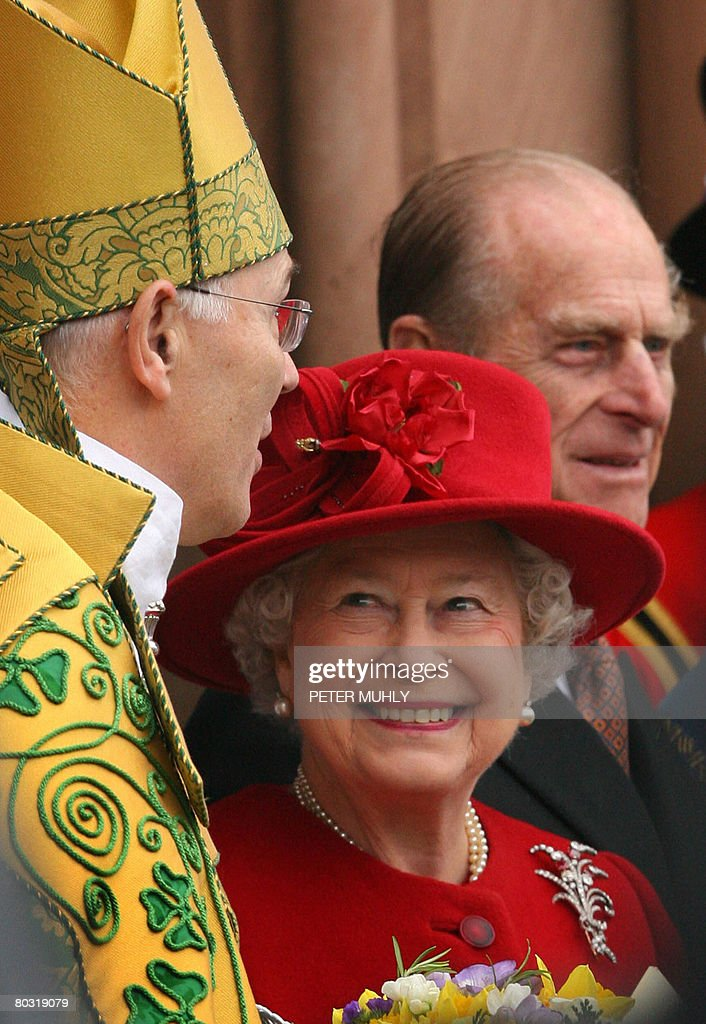 Britain's Queen Elizabeth II (C) smiles : News Photo