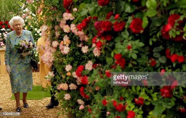 Britain's Queen Elizabeth II visits a garden during the Press & VIP preview at The Chelsea Flower Show at Royal Hospital Chelsea on May 24, 2010 in...