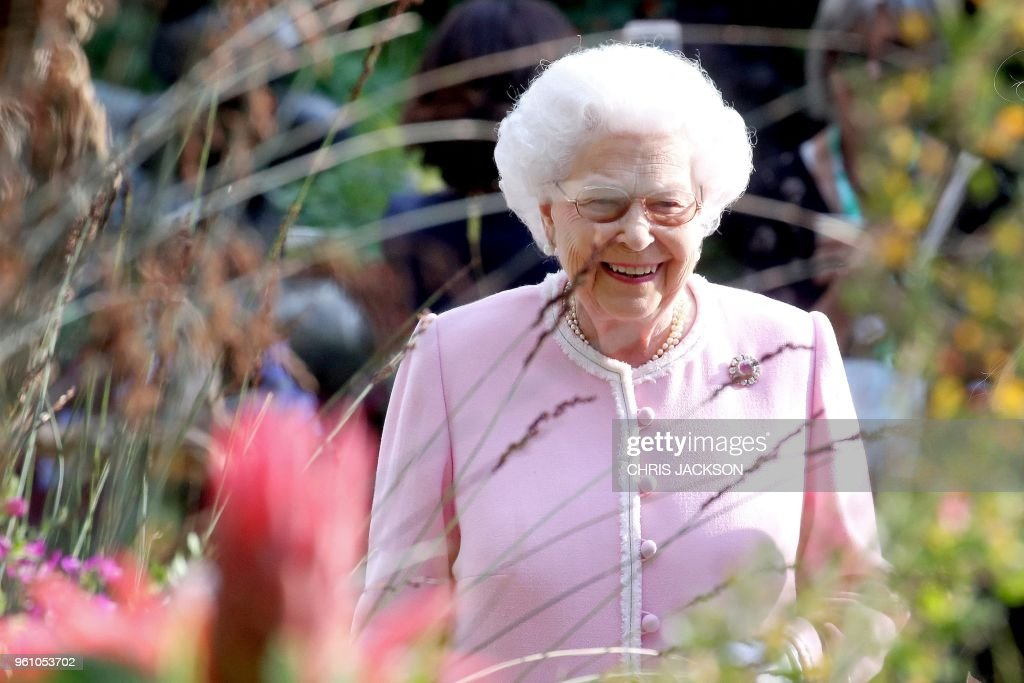 Britain's Queen Elizabeth II visits the 2018 Chelsea Flower Show in London on May 21, 2018. - The Chelsea flower show, held annually in the grounds of the Royal Hospital Chelsea, opens to the public on May 22.