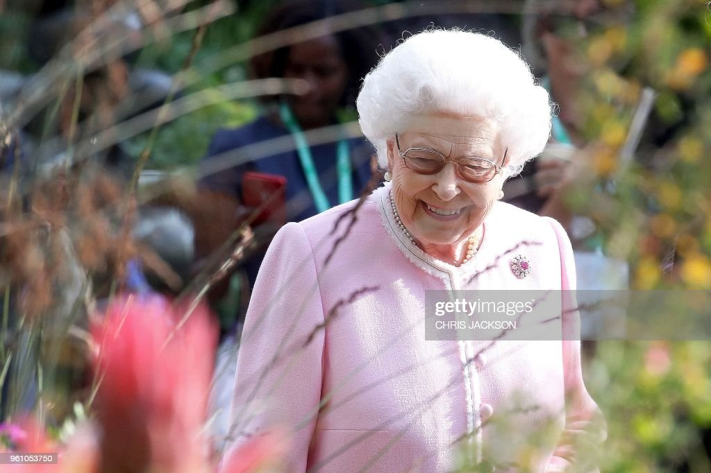 TOPSHOT - Britain's Queen Elizabeth II visits the 2018 Chelsea Flower Show in London on May 21, 2018. - The Chelsea flower show, held annually in the grounds of the Royal Hospital Chelsea, opens to the public on May 22.
