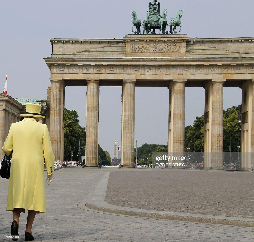 Britain's Queen Elizabeth II walks across the Pariser Platz near Berlin's landmark Brandenburg Gate on June 26, 2015 on her way to leave Berlin. British Queen Elizabeth II ends her three-day visit to Germany. BENSCH