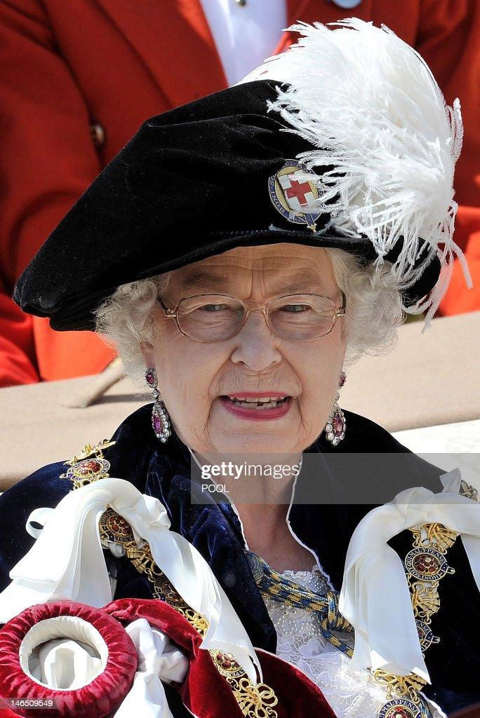 Britain's Queen Elizabeth II wearing cer : News Photo