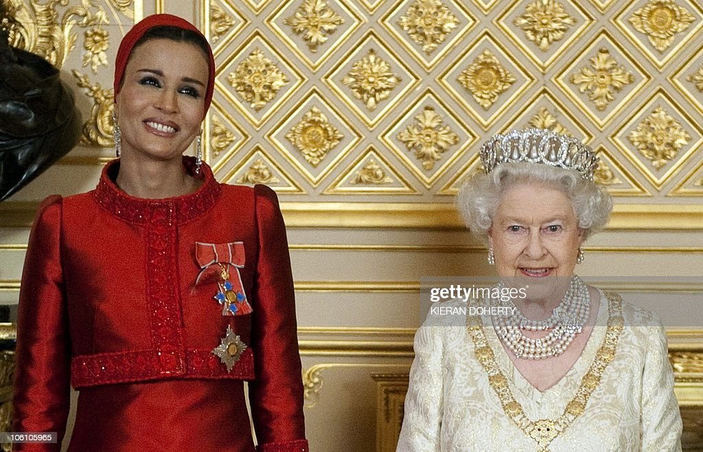 Britain's Queen Elizabeth (R) poses with : News Photo
