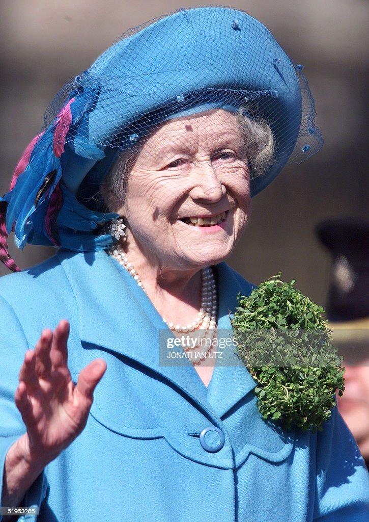 Britain's Queen Elizabeth The Queen Mother wears a : News Photo