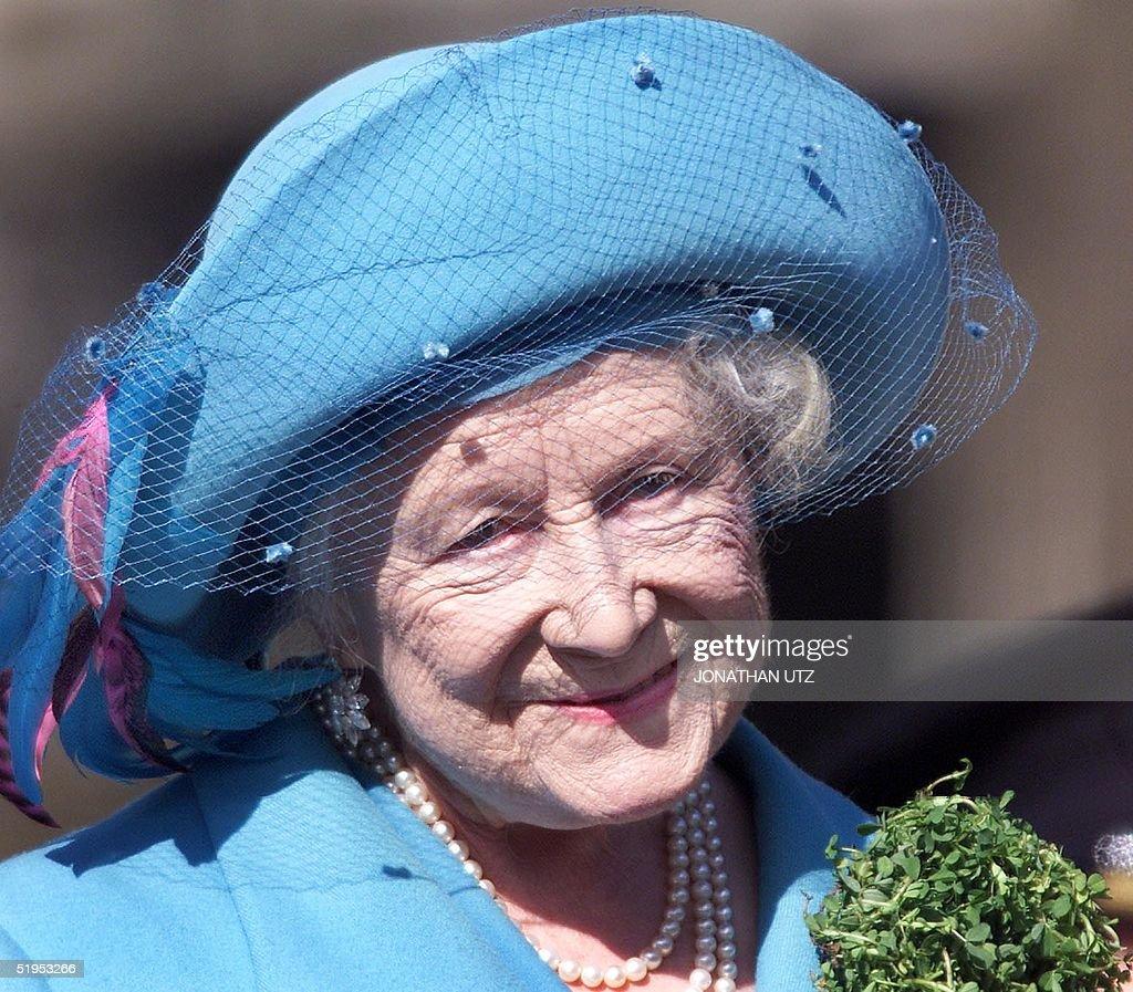 Britain's Queen Elizabeth The Queen Mother wears h : Nieuwsfoto's