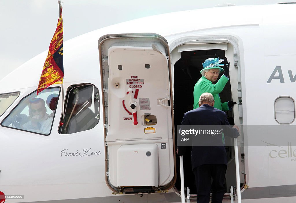 Britain's Queen Elizabeth waves as she a : News Photo
