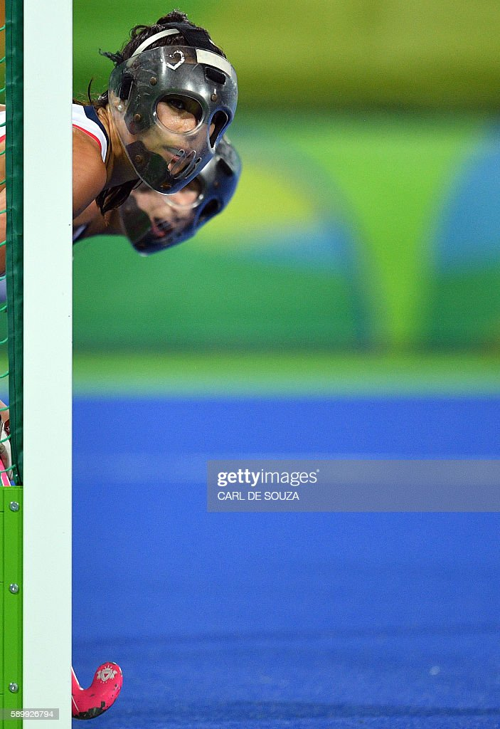 TOPSHOT - Britain's Sam Quek defends her team's goal during the women's quarterfinal field hockey Britain vs Spain match of the Rio 2016 Olympics Games at the Olympic Hockey Centre in Rio de Janeiro on August 15, 2016. / AFP / Carl DE