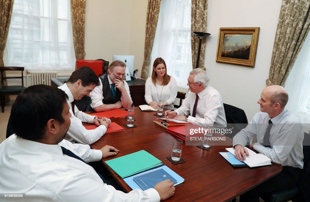 Britain's Secretary of State for Exiting the European Union (Brexit Minister) David Davis (2R), Permanent Representative of the United Kingdom to the European Union, Sir Tim Barrow (C) and Brexit advisor for 10 Downing Street, Olly Robbins (2L) hold a meeting at No 9 Downing Street, central London on February 8, 2018. / AFP PHOTO / POOL / Steve Parsons