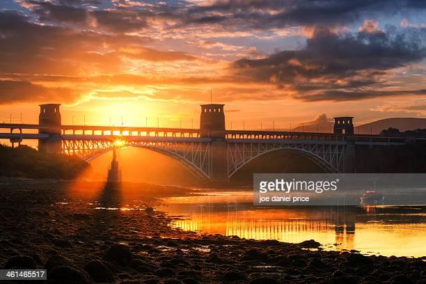 britannia bridge, menai strait, anglesey, wales - menai bridge - fotografias e filmes do acervo