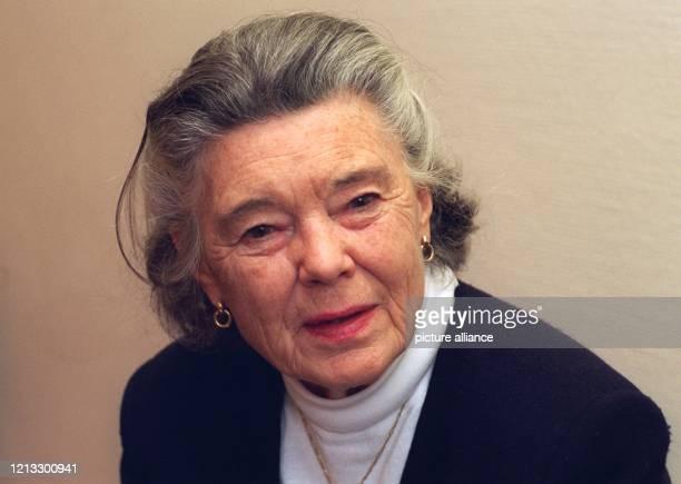 Britische Erfolgsautorin aufgenommen am 5111996 in Hamburg Pilchers Romane sind weltweit bekannt und wurden vielfach verfilmt unter anderem in einer...