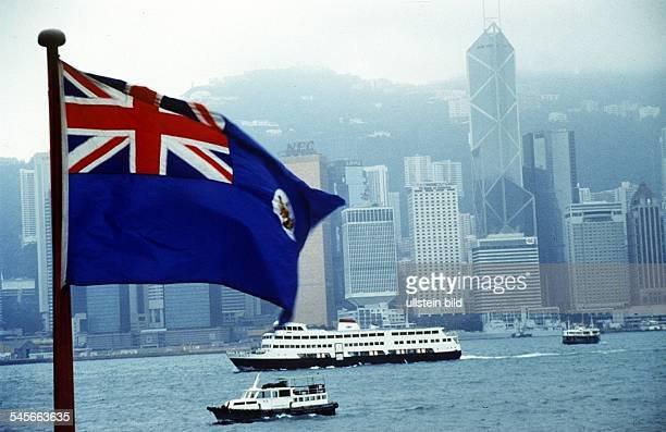 Britische Kolonialfahne von Hongkong vorder Skyline 1995