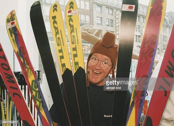 Britischer Skispringer Eddie Edwards genannt 'Eddie the Eagle' in einem Sportgeschäft Aufgenommen Oktober 1994