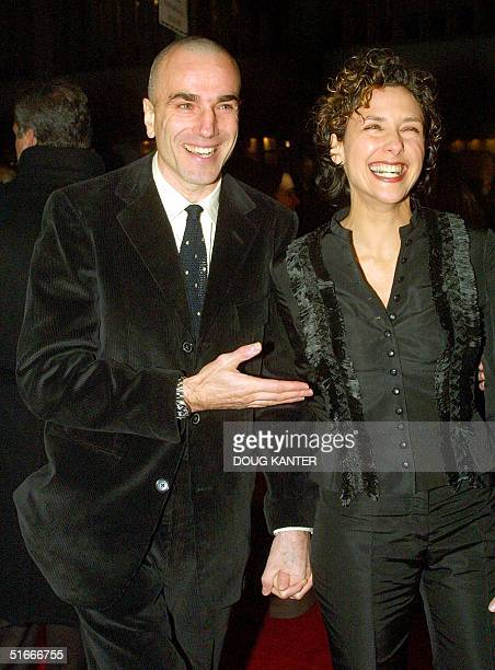 British actor Daniel DayLewis arrives with his wife Rebecca Miller at the premiere of his new film 'Gangs of New York' 09 December 2002 in New York...