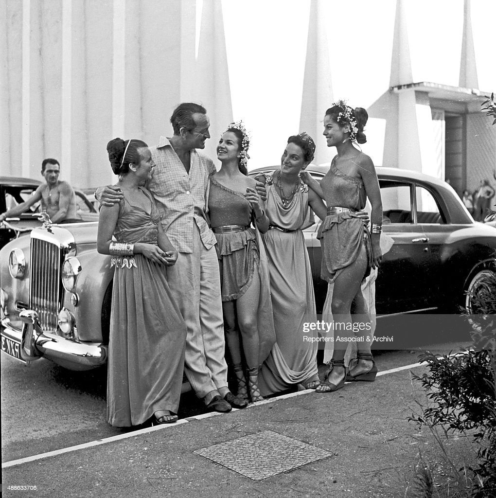 David Niven with some background actresses in Cinecitt… : News Photo