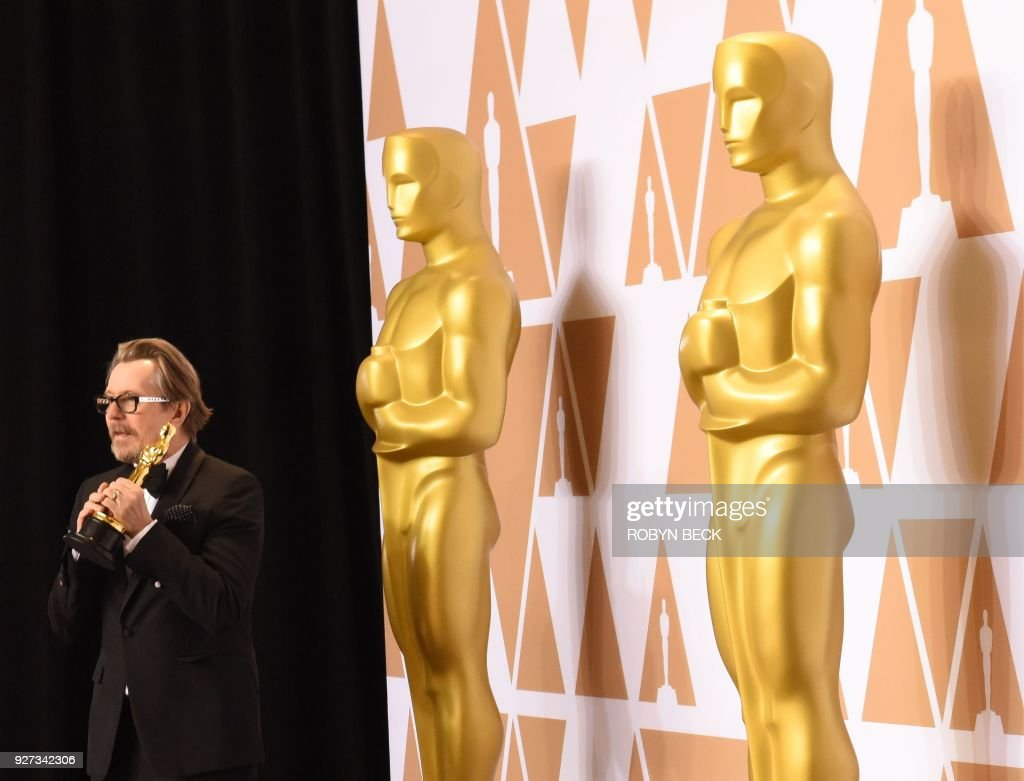 British actor Gary Oldman poses in the press room with the Oscar for Best Actor in 'Darkest Hour' during the 90th Annual Academy Awards on March 4, 2018, in Hollywood, California. / AFP PHOTO / Robyn Beck