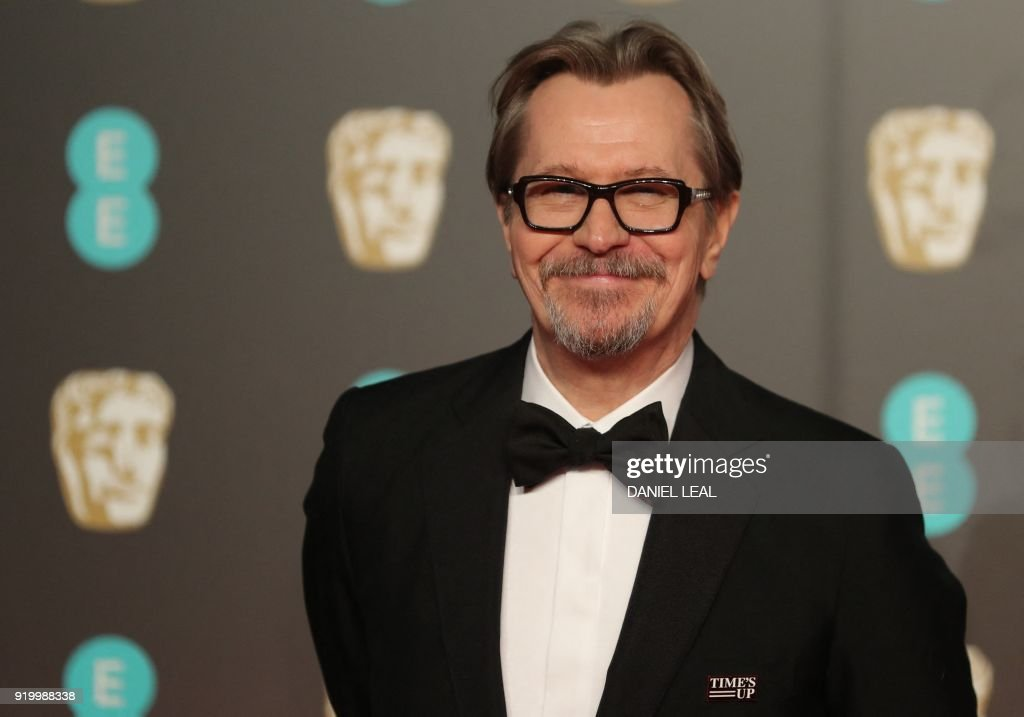 British actor Gary Oldman poses on the red carpet upon arrival at the BAFTA British Academy Film Awards at the Royal Albert Hall in London on February 18, 2018. / AFP PHOTO / Daniel LEAL