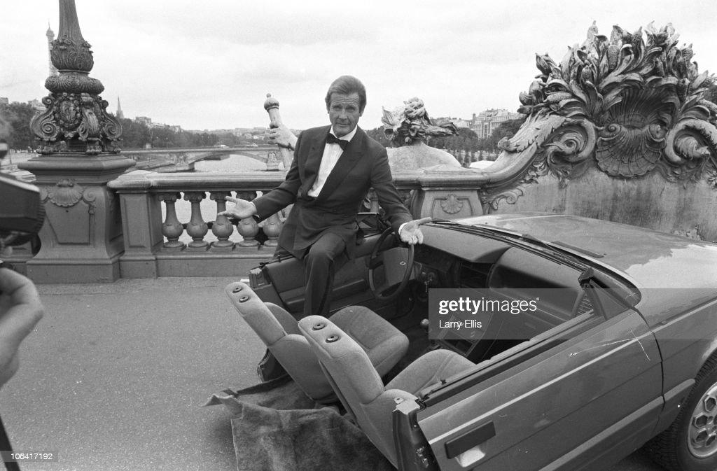 Roger Moore In Paris : Nachrichtenfoto