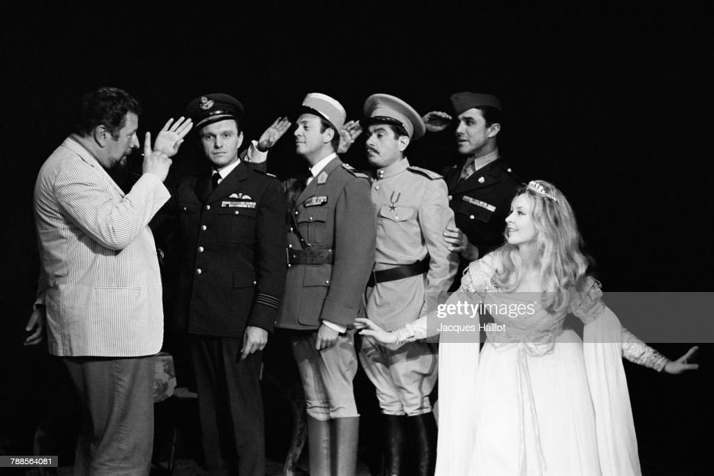 British actor, writer, director, and stage director Peter Ustinov and the 5 comedians of his play The Love of Four Colonels.