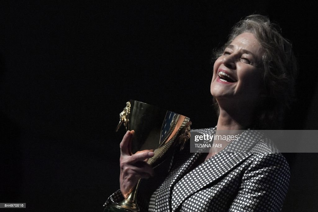 TOPSHOT - British actress Charlotte Rampling poses during a photcall after she receives the Coppa Volpi for Best Actress for her character in the movie 'Hannah' during the award ceremony of the 74th Venice Film Festival on September 9, 2017 at Venice Lido. / AFP PHOTO / Tiziana FABI