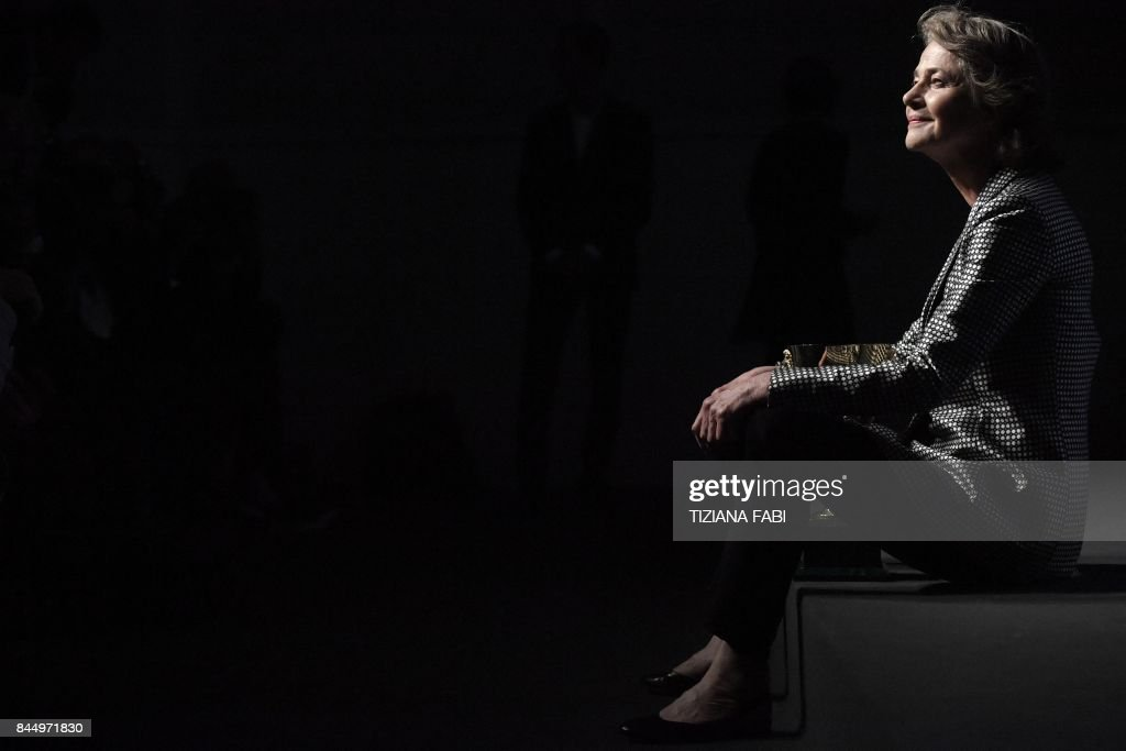 TOPSHOT - British actress Charlotte Rampling poses during a photocall after she receives the Coppa Volpi for Best Actress for her character in the movie 'Hannah' during the award ceremony of the 74th Venice Film Festival on September 9, 2017 at Venice Lido. / AFP PHOTO / Tiziana FABI