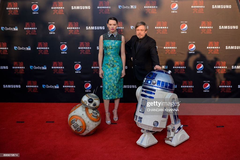 British actress Daisy Ridley (2nd L), US actor Mark Hamill (2nd R), with droids BB-8 (L) and R2-D2 (R) pose at the red carpet for the Chinese premiere of 'Star Wars: The Last Jedi' at the Shanghai Disney Resort in Shanghai on December 20, 2017. /