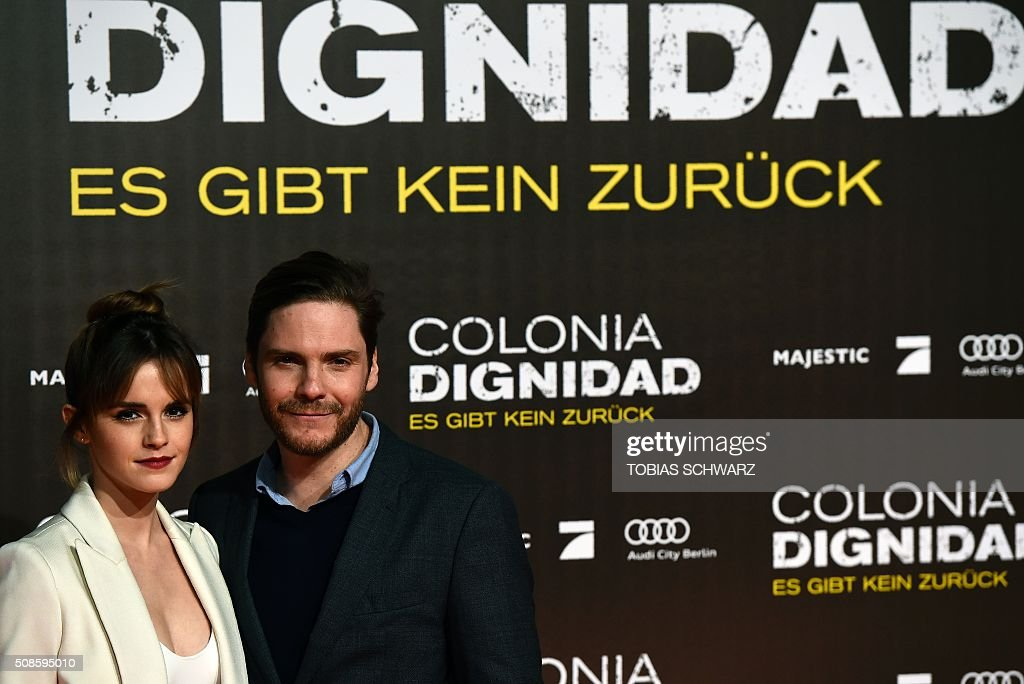 British actress Emma Watson and German actor Daniel Bruehl pose for photographers on the red carpet ahead of the premiere of the film Colonia Dignidad in Berlin on February 5, 2016. / AFP / TOBIAS