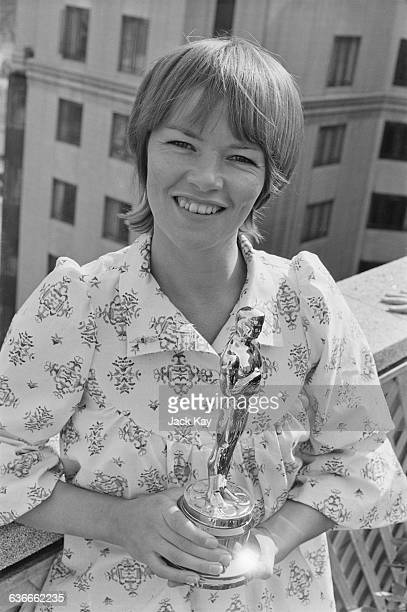 British actress Glenda Jackson receives the Academy Award for Best Actress for her role as Gudrun in the film 'Women in Love' UK 27th April 1971 She...