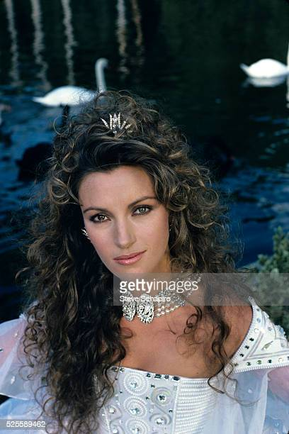 British actress Jane Seymour wearing a multistrand pearl choker necklace with a jewelled pendant circa 1980