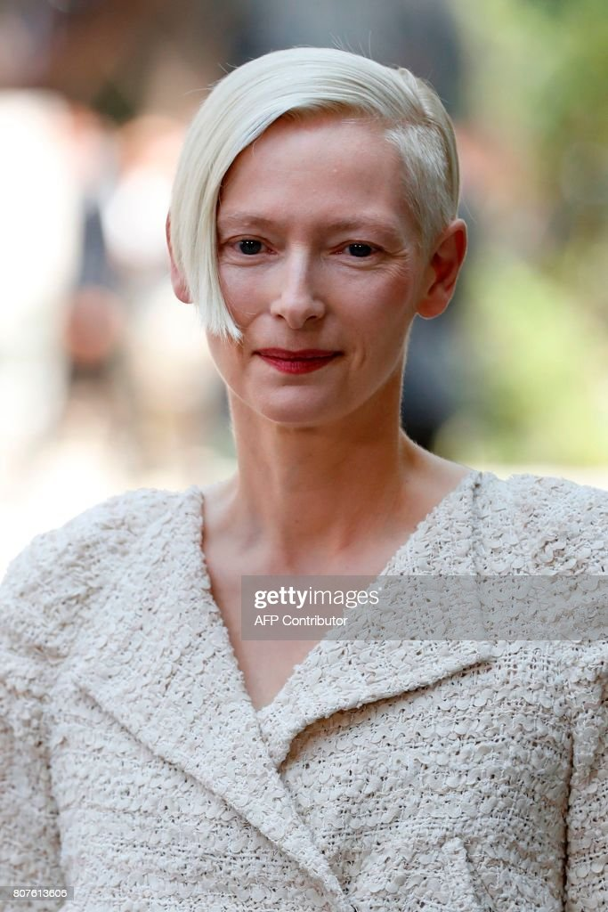 British actress Tilda Swinton poses during the photocall before Chanel 2017-2018 fall/winter Haute Couture collection show in Paris on July 4, 2017. / AFP PHOTO / Patrick KOVARIK