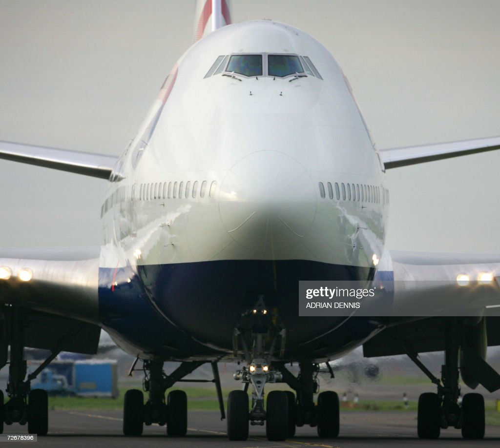 A British Airways 747 jet taxis along th : News Photo