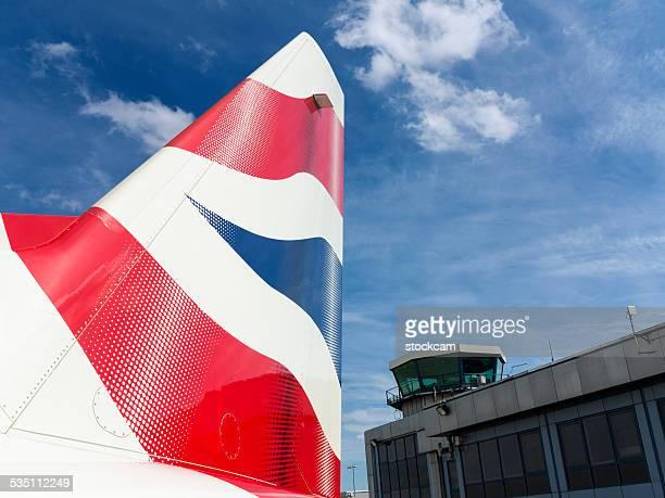 british airways-logo auf flugzeug - flugzeugheck stock-fotos und bilder