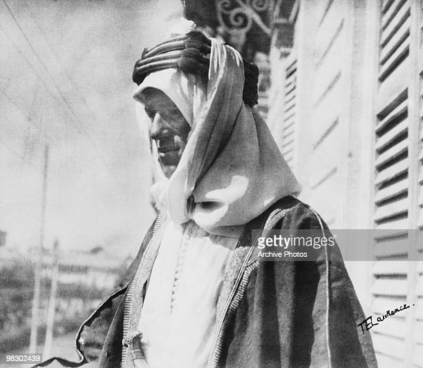 British army officer T. E. Lawrence , aka 'Lawrence of Arabia', wearing an Arab keffiyeh fastened with an agal in Damascus, circa 1918.