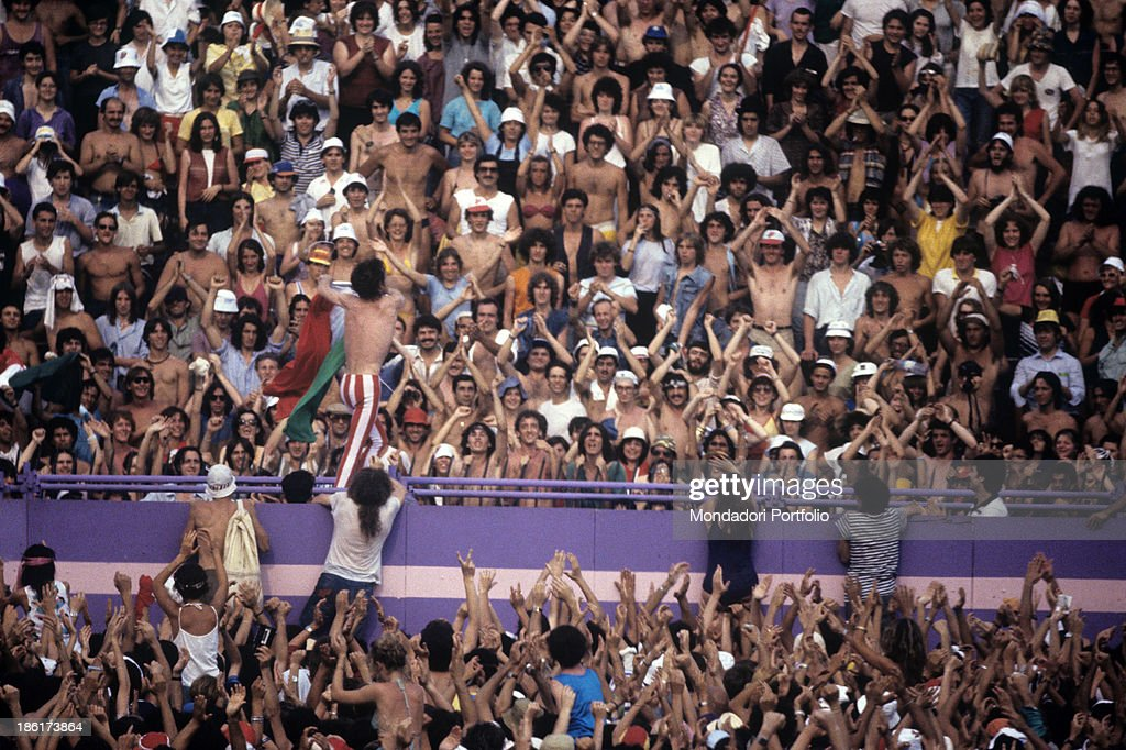 Mick Jagger amongst his fans at a Rolling Stones concert in Turin : News Photo