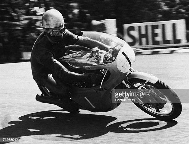 British born Rhodesian racing motorcyclist Jim Redman riding a Honda to victory in the Lightweight 250cc event at the Isle of Man TT races 9th June...