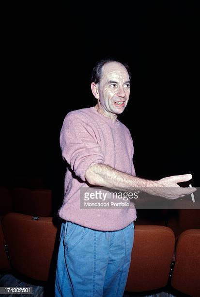 British choreographer, mime and actor Lindsay Kemp talking holding a cigarette between his fingers. 1980s.
