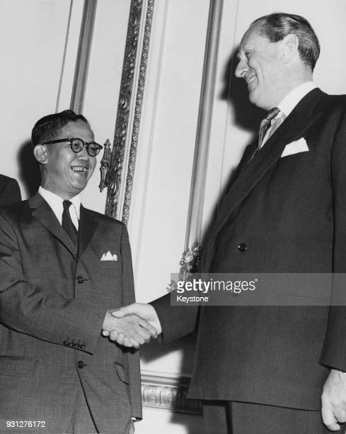 British Conservative politician Alan LennoxBoyd the Secretary of State for the Colonies with Lim Yew Hock the Chief Minister of Singapore at the...