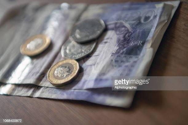 britse valuta op een tafel - twenty pound note stockfoto's en -beelden