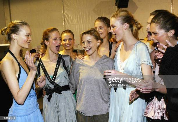 British designer Phoebe Philo poses with the models at the Chloe ReadyToWear FallWinter 20042005 fashion collection March 6 2004 in Paris France