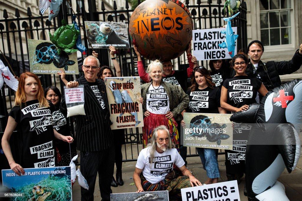 Vivienne Westwood Takes Her Anti-Fracking Demonstration To Downing Street : ニュース写真