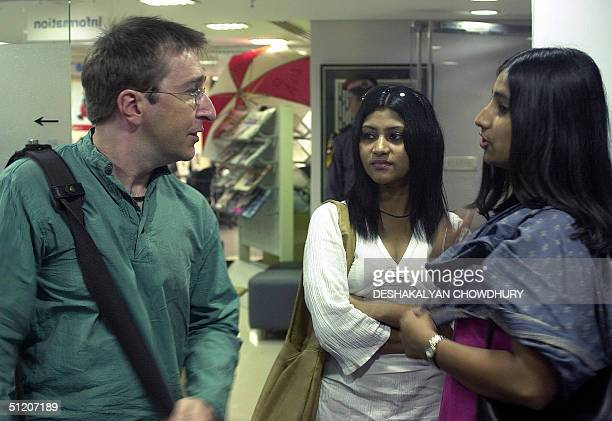British film director Nigel Ward speaks with Indian movie actresses Konkona Sen Sharma and Royona Mitra before holding a press conference in Calcutta...