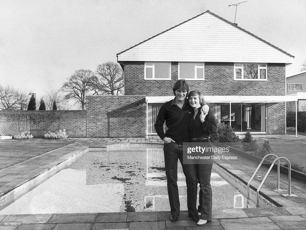 Glenn Hoddle and his wife Anne by their pool, January 1982. : News Photo