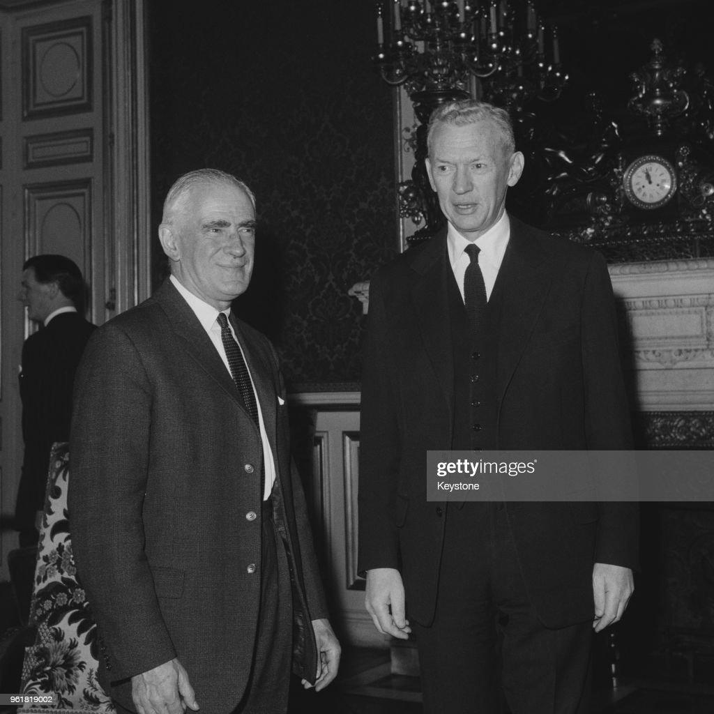 Michael Stewart And Couve de Murville : Foto di attualità