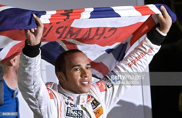 'ANNEE SPORTIVE 2008 EN 2009 LA F1 FAIT SA REVOLUTION ENCORE UNE FOIS' British Formula One driver Lewis Hamilton waves his national flag to celebrate...