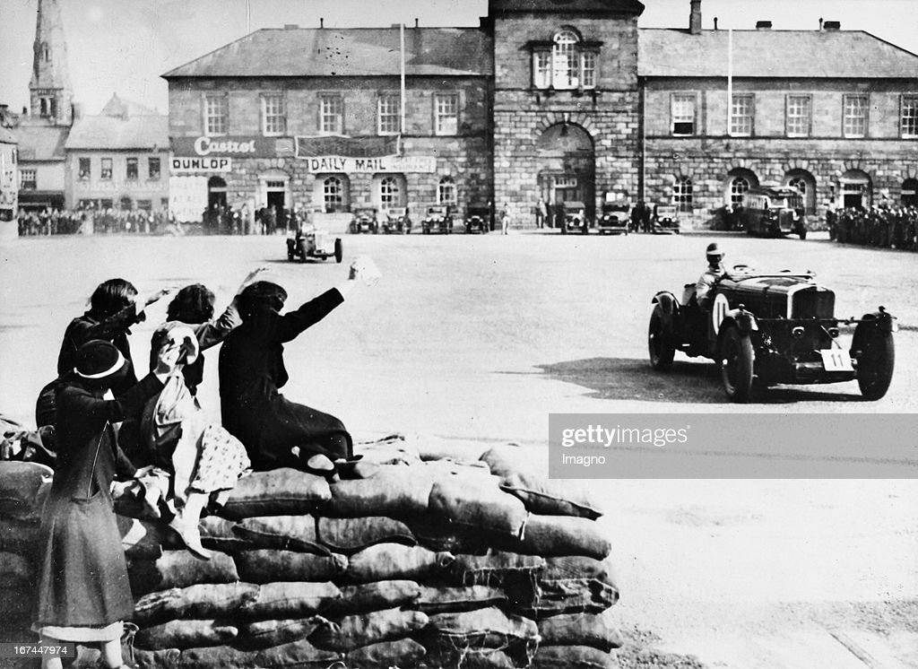 British marine officer and politician and racer Francis Curzon (5th Earl Howe. 1884-1964) during a training for the automobile race Tourist Trophy in Belfast. About 1933. Photograph. (Photo by Imagno/Getty Images) Der britische Marineoffizier und Politiker und Motorsportler Francis Curzon (5. Earl Howe. 18841964) beim Training für das Automobilrennen um die Tourist Trophy in Belfast. Um 1933. Photographie.