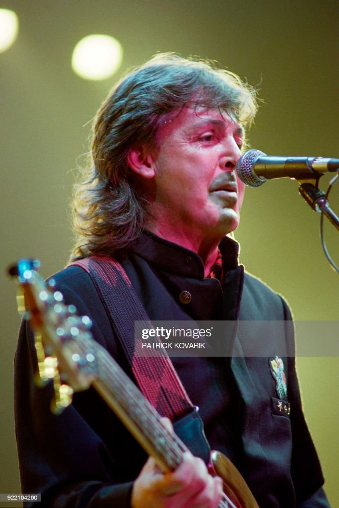 British musician, Sir Paul McCartney performs on October 9, 1989 at the Palais Omnisports de Paris Bercy (POPB). / AFP PHOTO / Patrick KOVARIK