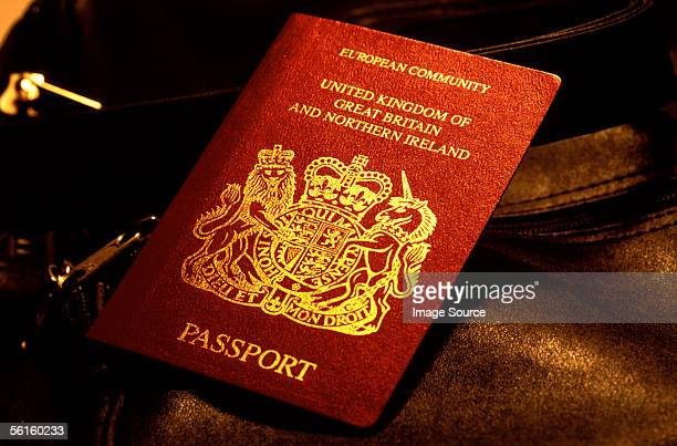 british passport - passeport photos et images de collection