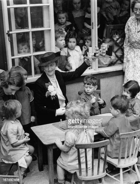 British politician Lady Nancy Astor open a kindergarten in Kennington Park / London. 1938. Photograph. Die britische Politikerin Lady Nancy Astor...